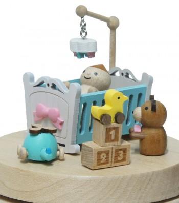 Carillon in legno culla e giocatoli