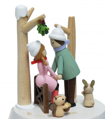 Carillon in legno bacio sotto il vischio visto di lato